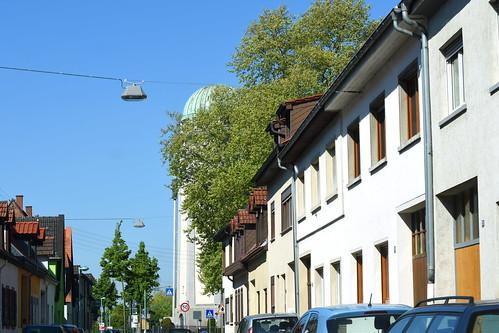 Die Fahrt führt über den idyllisch gelegenen Weiler Grenzhof bei Heidelberg mit seinem mittelalterlichen Charme (das Land-Café Walnuss habe ich immer noch nicht besucht, schade) über Edingen (Ortsansichten, katholische und evangelische Kirche, Kling-Malz) zurück zum Wasserturm in Mannheim-Seckenheim. Unterwegsbilder vom Mai 2017: Brigitte Stolle