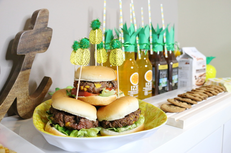 pineapple-burger-recipe-party-tablescape-16