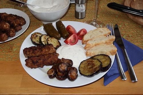 Köfte (aus Lammfleisch) und weitere mediterrane Leckereien