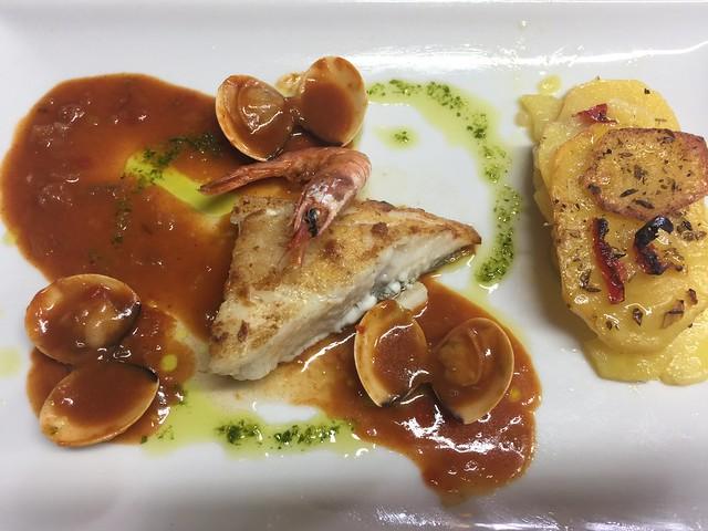 Plato de pescado del Restaurante Los Ángeles en Vegas de Coria (Las Hurdes)