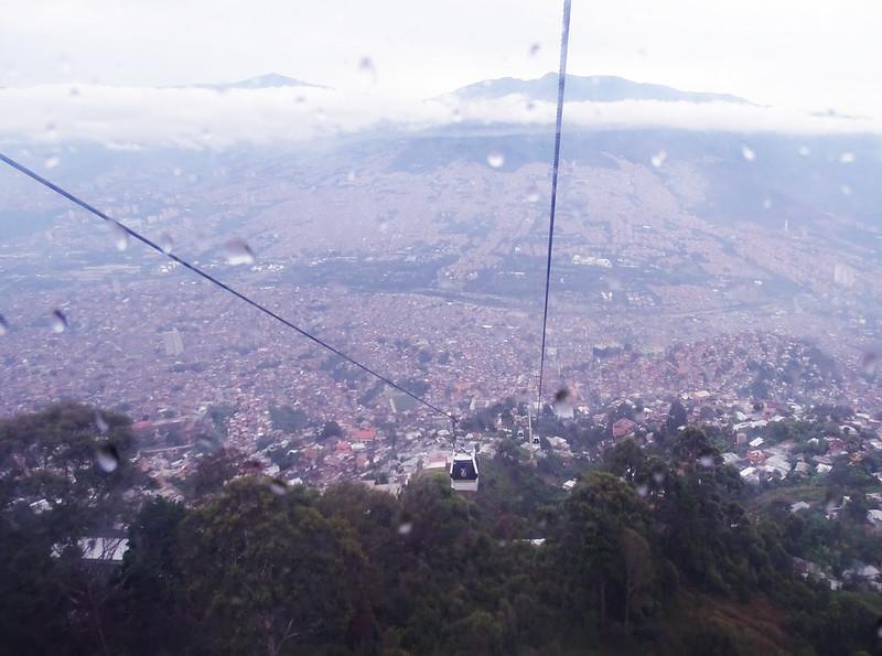 Vista da cidade de Medellín do alto no metro cable