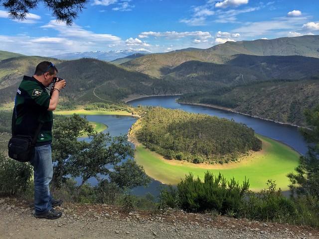 Sele fotografiando el Meandro del Melero (Las Hurdes, Cáceres)