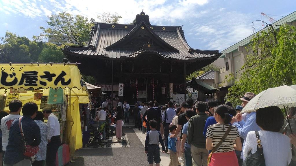 覚林寺境内の参拝客