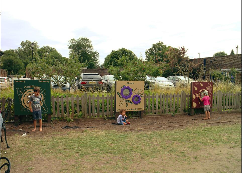 英國National Trust的Morden Hall Park中,能讓孩童學習蔬菜產季的遊樂設施。(攝影:許惠婷)