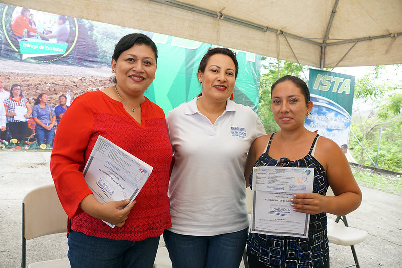 98 familias de San Vicente recibieron sus escrituras de propiedad