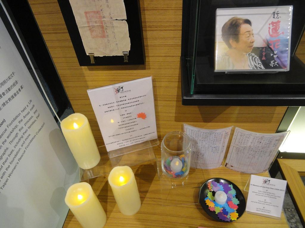 一樓介紹蓮花阿嬤的區塊點了蠟燭,供民眾捻紙製蓮花追思。(攝影:張智琦)