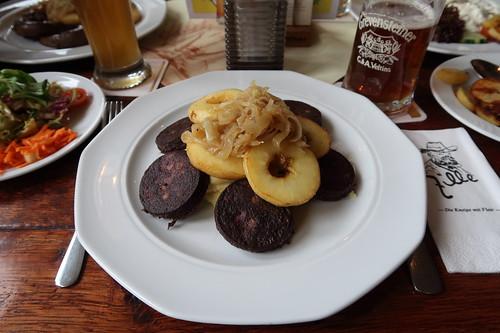 """""""Himmel und Erde"""" (= Blutwurst und Apfelscheiben mit Schmorzwiebeln und Kartoffelpüree) in der Gaststätte Zille in Herne"""