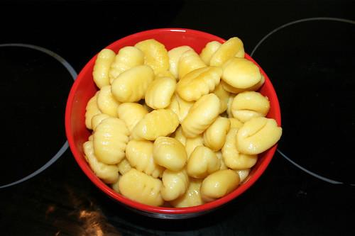 14 - Gnocchi aus Pfanne entnehmen / Take gnocchis from pan