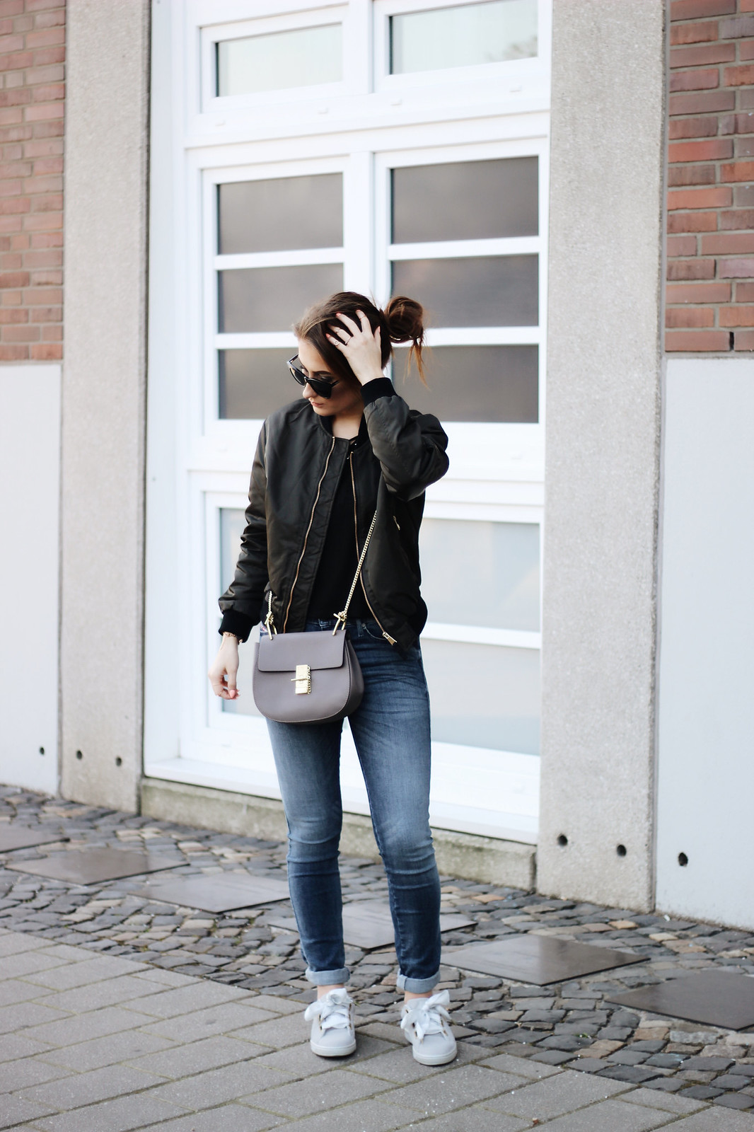Outfit mit Bomberjacke und Puma Suede Heart Satin grau