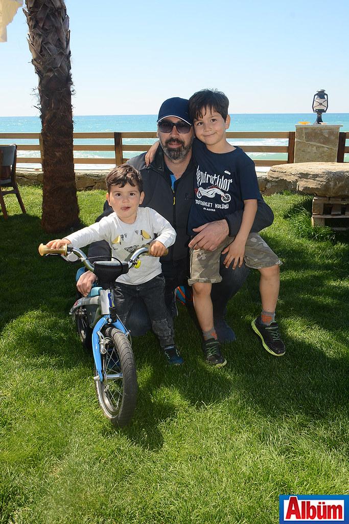 Demiratlılar Başkanı Emrah Cezirioğlu çocukları ile birlikte