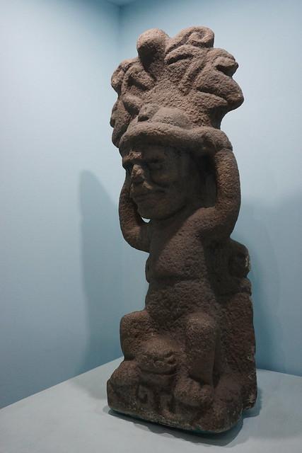 Deidad sentada sobre un animal acuático con tocado de agua (escultura portátil)