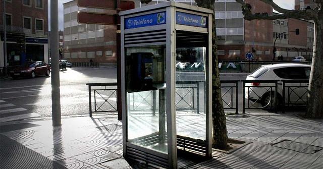 Ahora sí: las cabinas y las guías telefónicas dirán adiós este mismo año