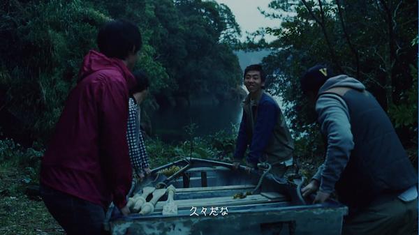山崎賢人のGalaxy「昨日までを、超えてゆけ」トキツ湖にボートを浮かべようと運ぶ4人