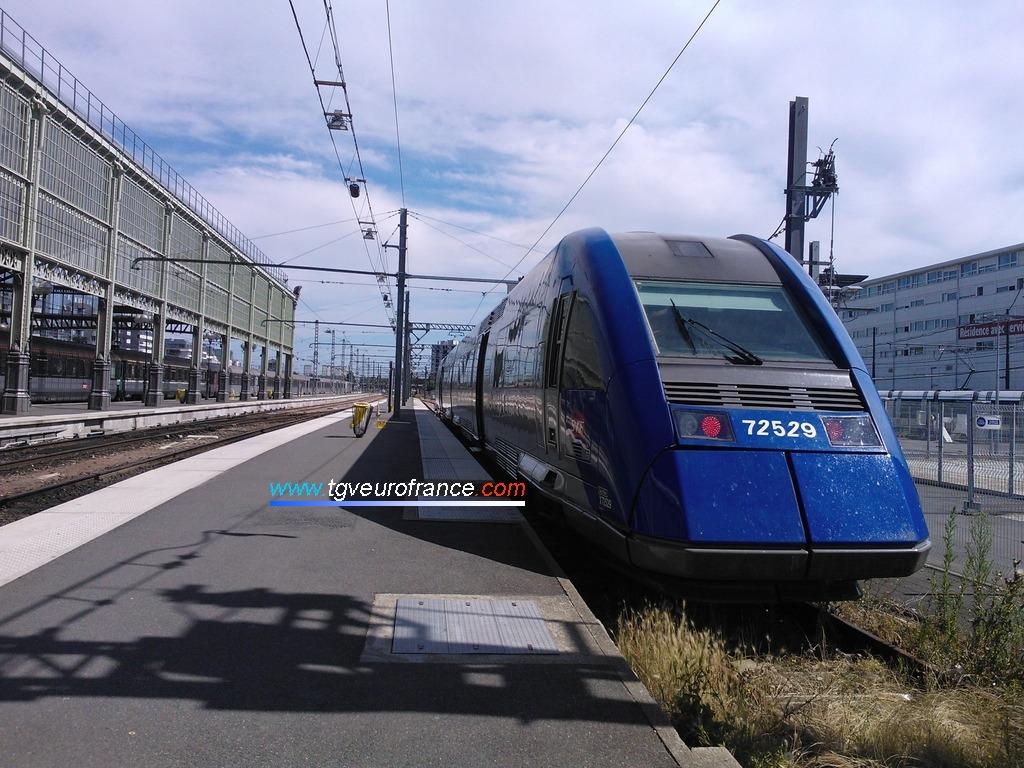 L'autorail XTER Alstom (rame bicaisse X72529-X72530 SNCF de la Région Centre) en gare de Tours le 7 juillet 2016