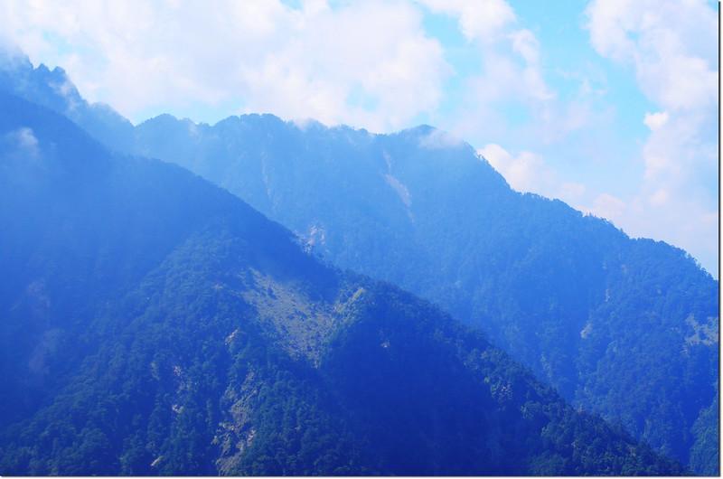 前峰登山步道東南望南玉山