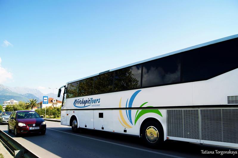 Междугородний автобус едет из Тивата