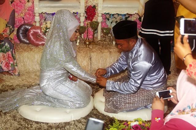 Majlis batal air sembahyang dengan pihak lelaki memakaikan gelang emas kepada pengantin lelaki.