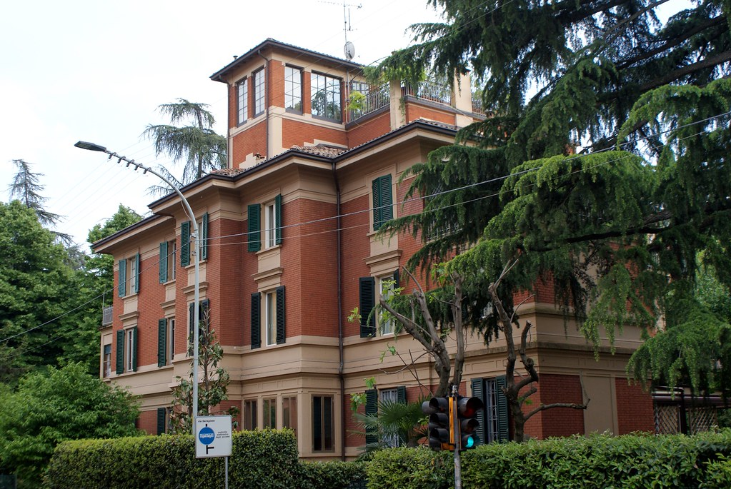 Belles villas et maisons d'architectes sur la route vers le Sanctuaire San Luca à Bologne.