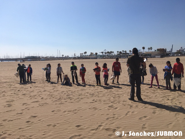 Escolares del CEIP Les Arenes de Valencia preparados para limpiar su playa