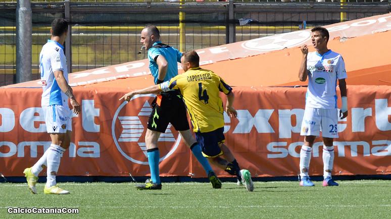 L'espulsione di Tino Parisi nel corso della gara play-off dello scorso maggio