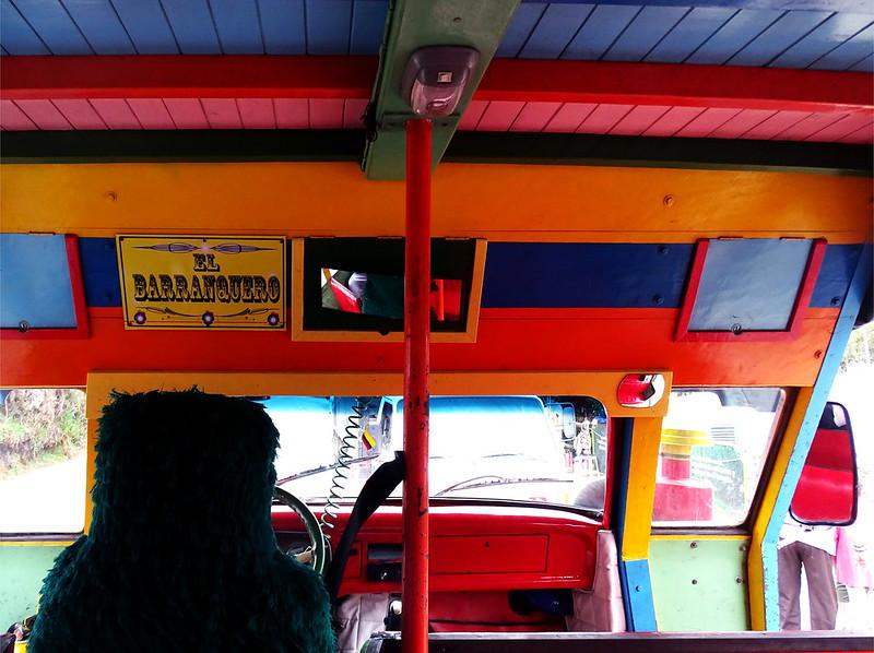 ônibus colorido e musical em medellín
