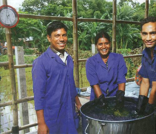 बांग्लादेश के रंगपुर में सूत को नील से रंगते टेक्सटाइल उद्योग के कर्मचारी
