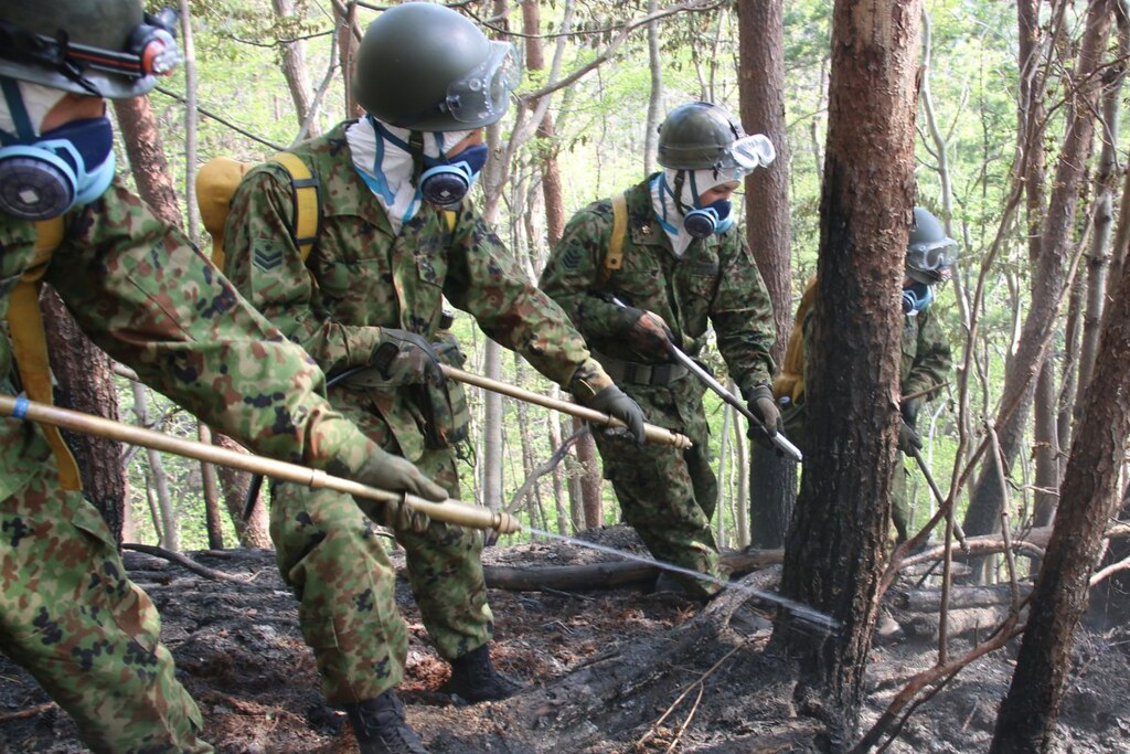 日本陸上自衛隊內著防護衣、呼吸罩,協助福島森林大火消防(來源:陸上自衛隊官方推特)。