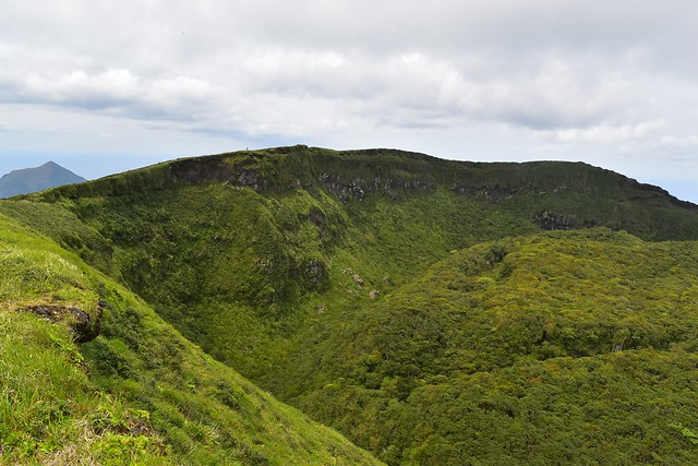 八丈富士・断崖絶壁のカルデラ火口