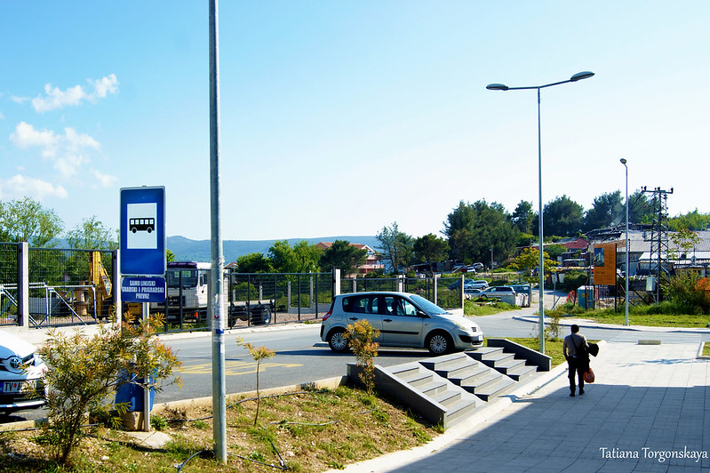 "Остановка транспорта компании ""Blue line"" перед автобусной станцией Тивата"