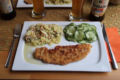 Wiener Schnitzel mit Kartoffelsalat und Gurkensalat
