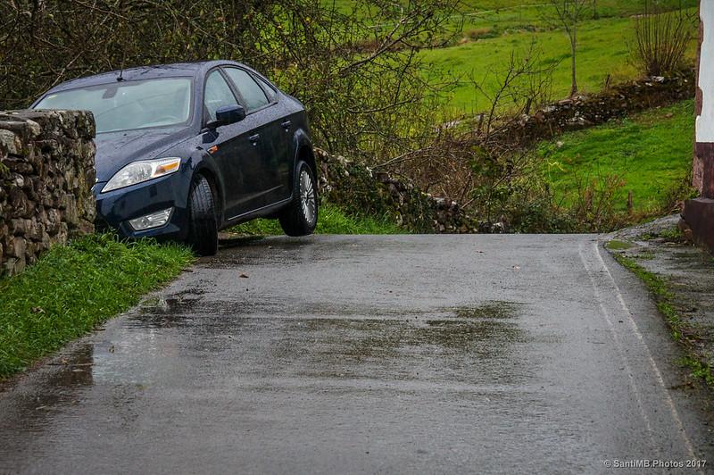 Coche aparcado en la carretera de Iñarbegi