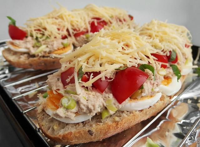 Broodje tonijn met ei, tomaat en kaas uit de oven