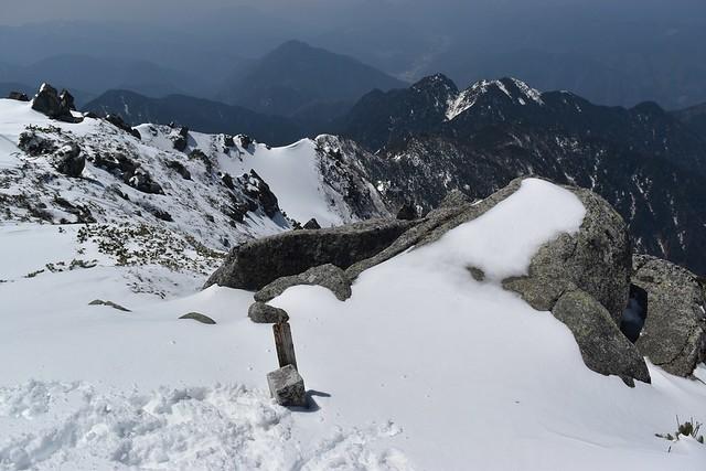 冬の三ノ沢岳山頂標識