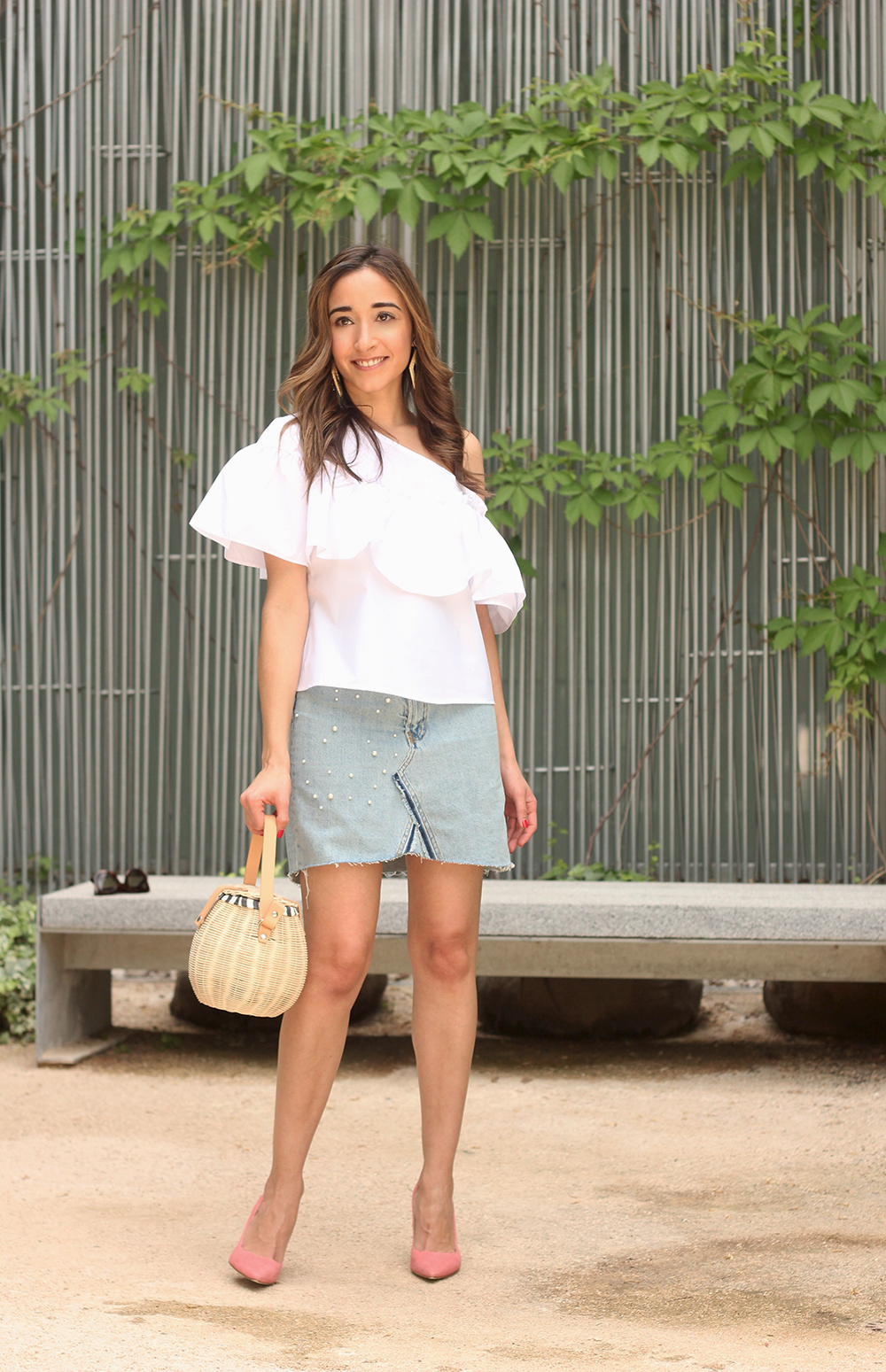 denim skirt with pearls heels wicker bagwhite top summer style fashion outfit06