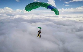 Tandem above the clouds. #skydivemadrid #skymad #canopy #tandem #salta #venasaltar #madrid #skydiving #sky #enjoy #caidalibre #fly photo: @dani_lo_7 | by Skydive Madrid