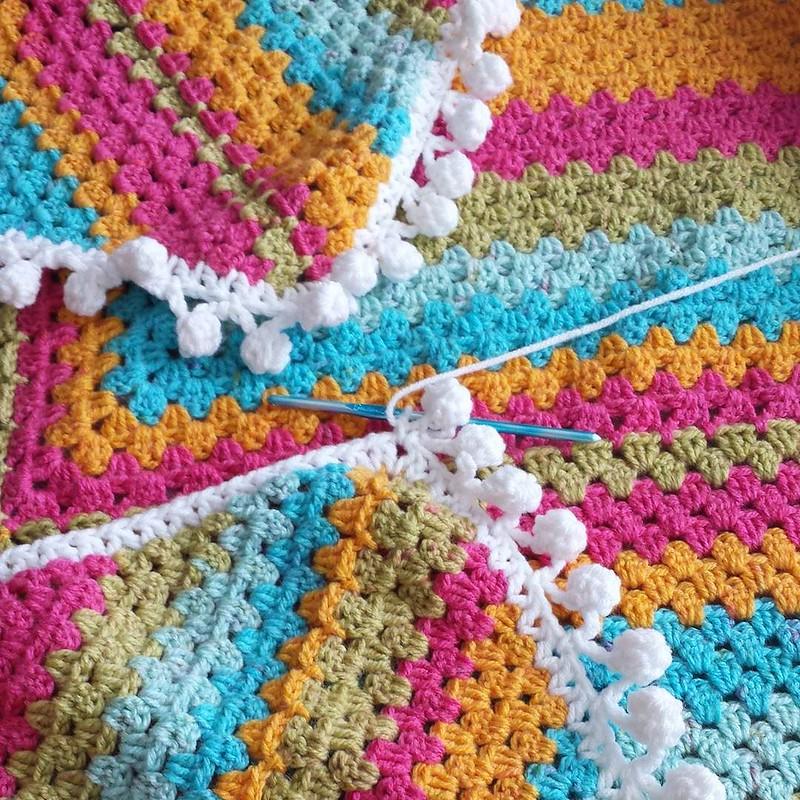 pom poms 💕 #crochetgirlgang #crochetersofinstagram #craftastherapy #ratschebohohippieblankie #caroncakes