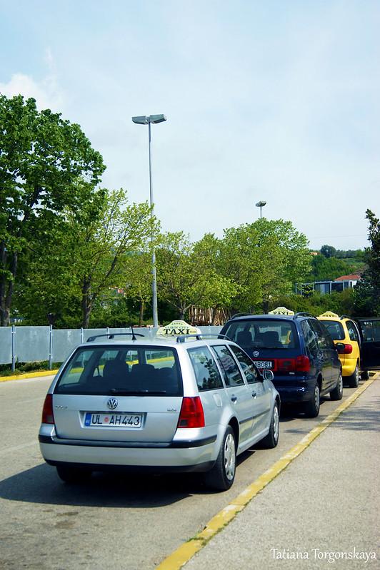 Такси перед автобусной станцией в Улцине