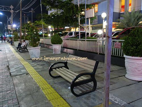 bangku-taman-arion-mall