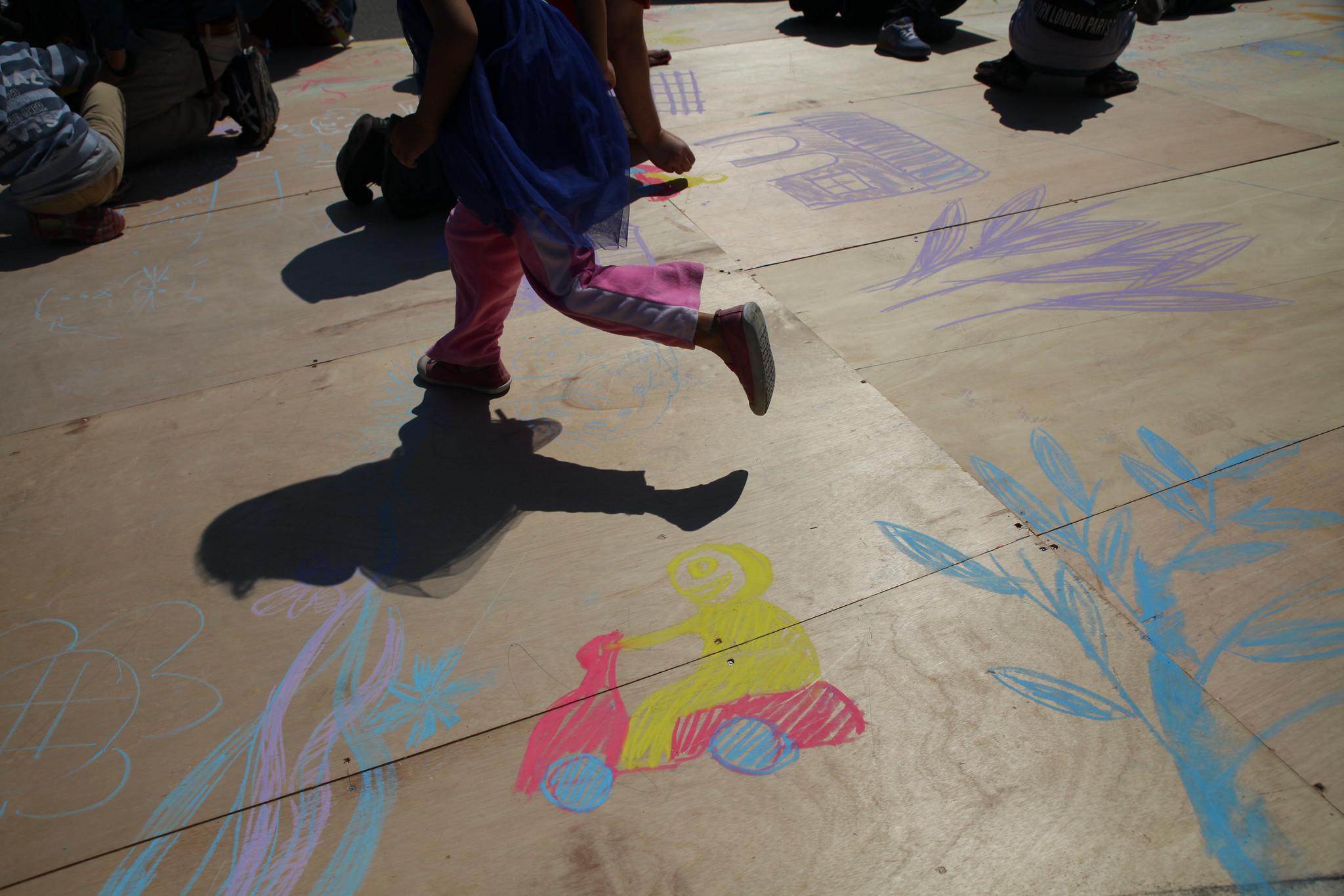 民眾於大平台上進行彩繪。(攝影:陳逸婷)