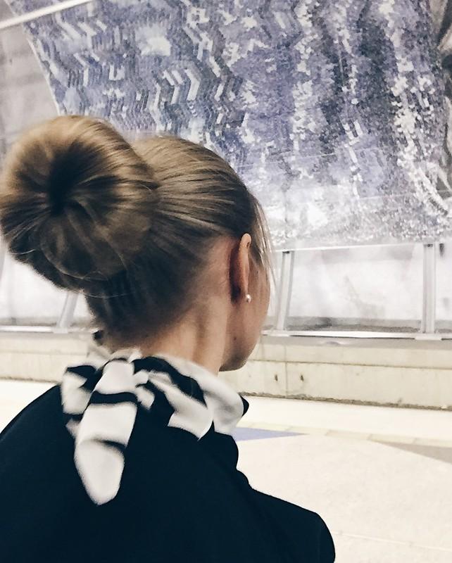 FlightAttendantLentoemäntäHairBun, lentoemäntä, cabin crew, stewardess, flight attendant, crew, flight crew, airport, lentokenttä, hairstyle, hiustyyli, hiukset, hair, nuttura, bun, hiustyyli, hiusten muotoilu, ideas, ideat, vinkit, huivi, scarf,