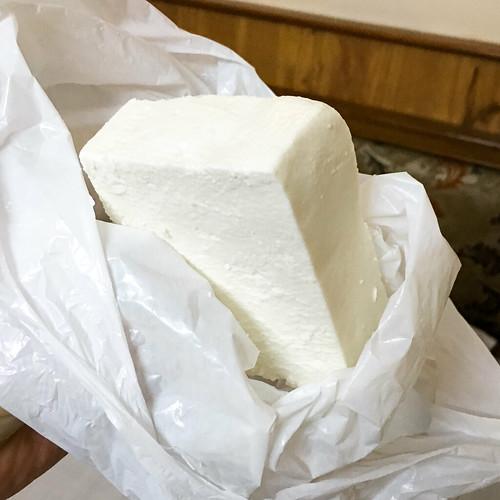Paneer (fresh cheese) bought in Main bazaar, Delhi, India デリーのメインバザールで買った朝食用のパニール