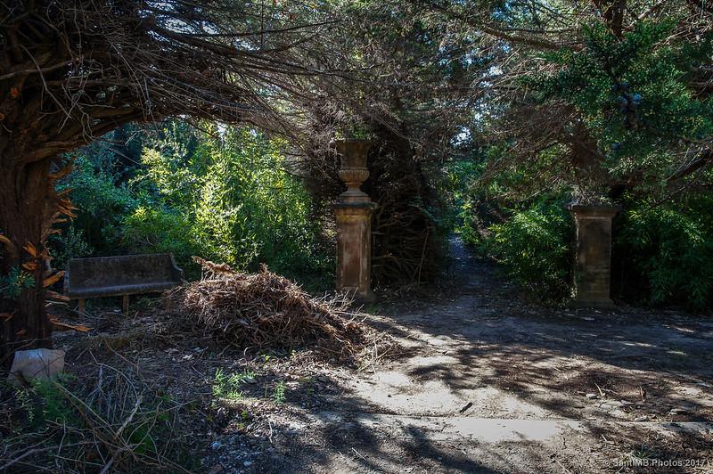 Entrada a los jardines de Cal Pla