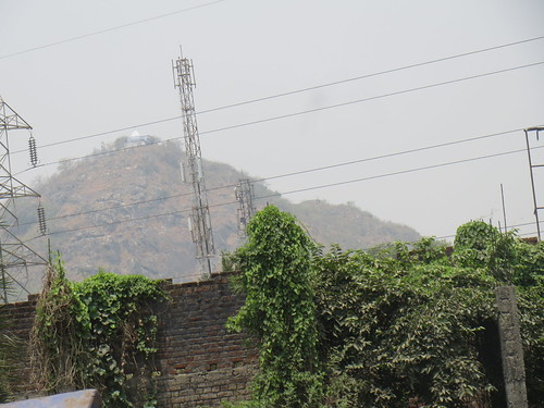 ब्रह्मयोनी पहाड़ी। इसी के पीछे से मधुश्रवा नदी निकली है