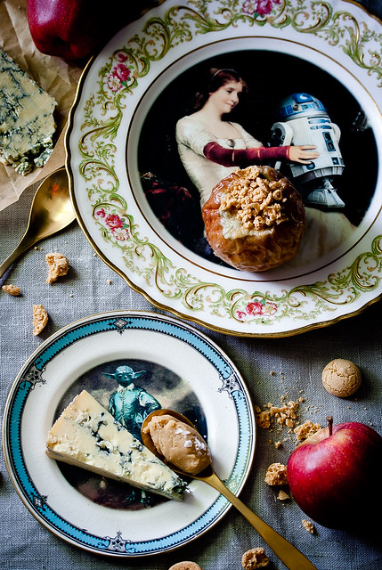 Stilton mit Dulcey Prosecco Ganache und gebackene Äpfel mit Gorgonzola Amarettini Krümmel