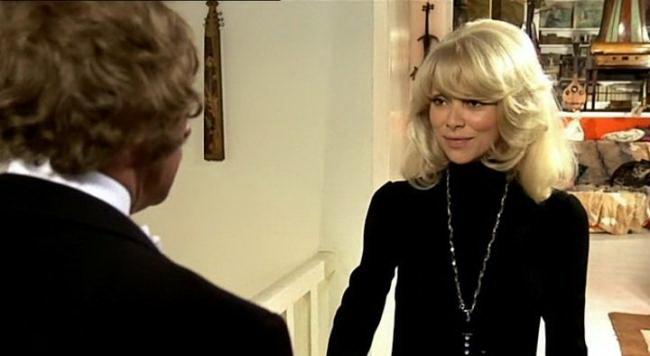 """Кадр из фильма """"Высокий блондин в черном ботинке"""""""