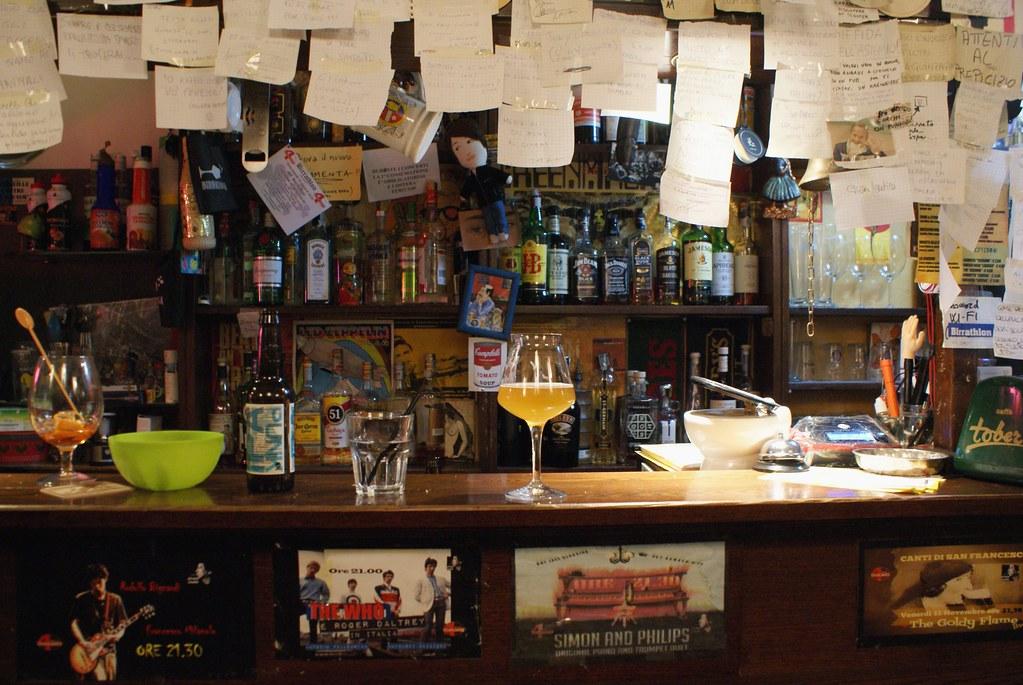 Boire un verre dans un bar de Gènes.