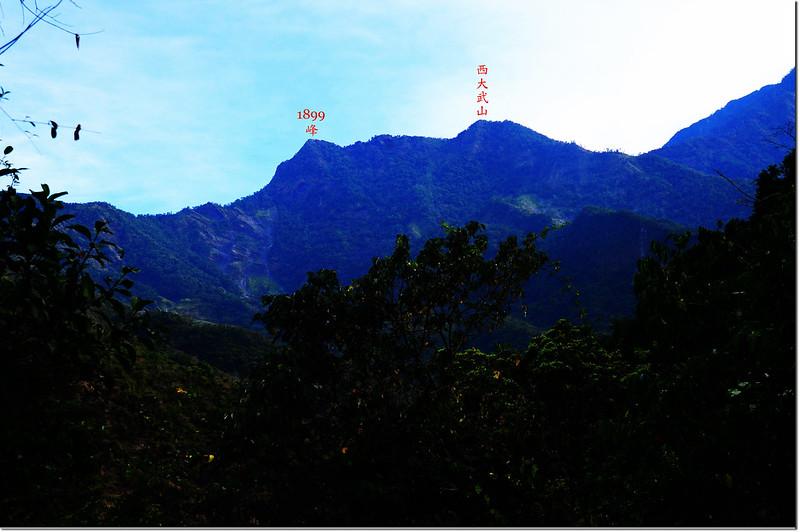 登吐蛇流西北峰途中東北望西大武、1899峰、日湯真 2