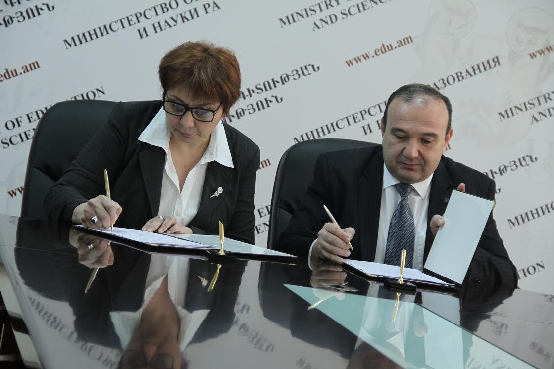 ՄՆԿ գործադիր տնօրեն Նունե Սարգսյանը և ԿԳ նախարար Լևոն Մկրտչյանը ստորագրում են հուշագիրը