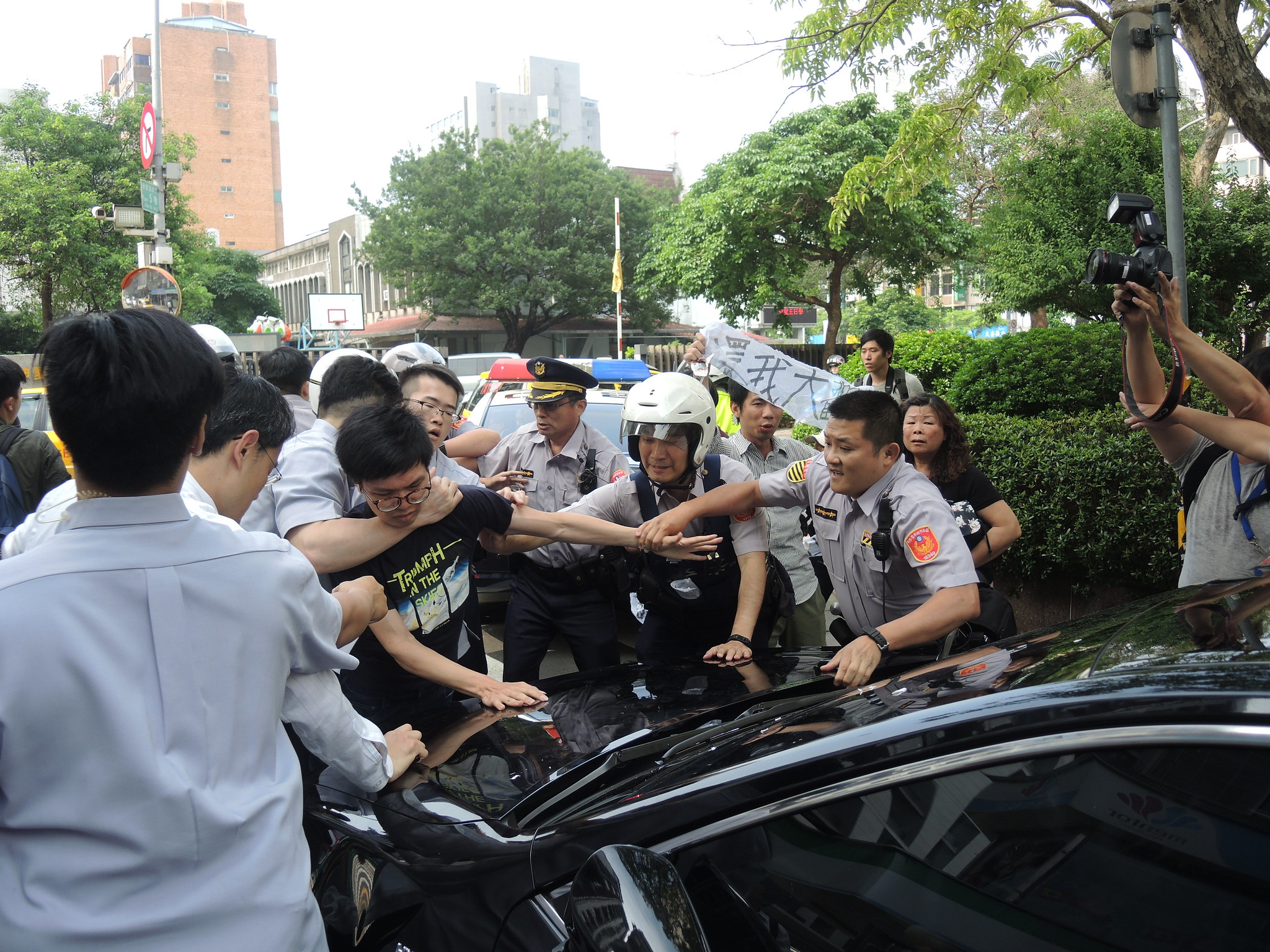 警方對著聲援者進行暴力勒頸。(攝影:曾福全)