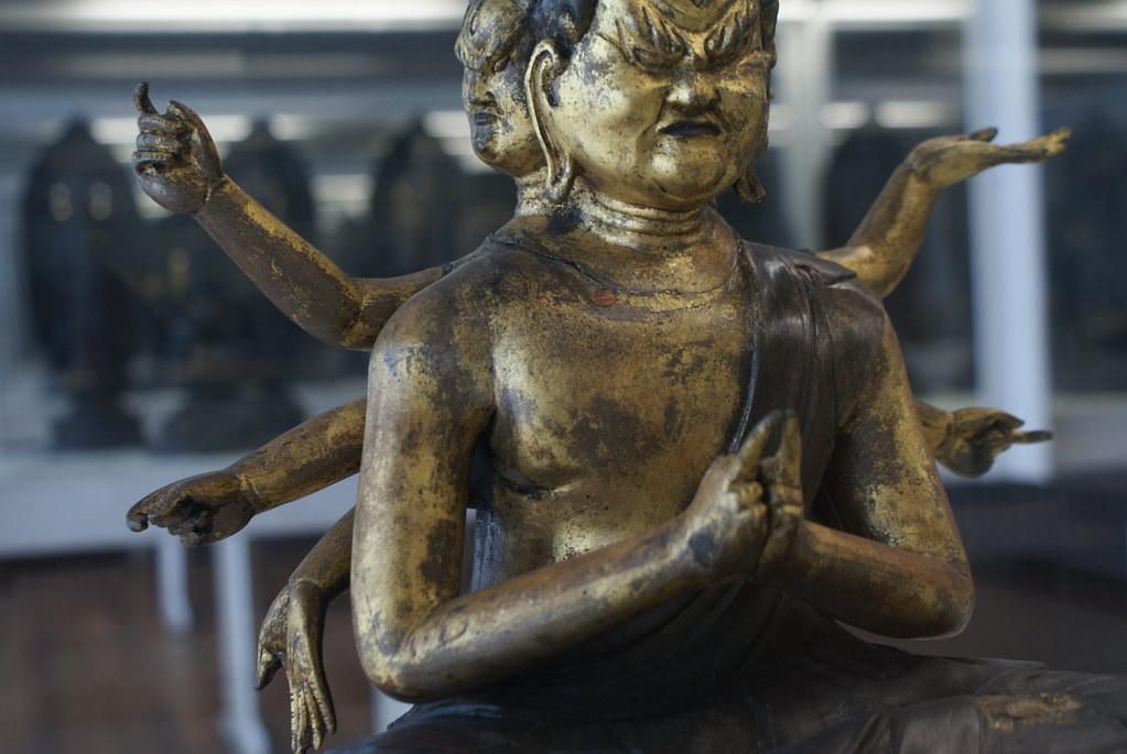 Statue de bodhisattva au musée du japon à Gènes.